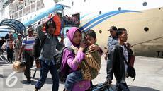 Sejumlah penumpang turun dari Kapal Motor (KM) Gunung Dempo yang berlabuh di Terminal Penumpang Pelabuhan Tanjung Priok, Jakarta, Kamis (30/6). (Liputan6.com/Faizal Fanani)