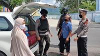 Polres Polman melakukan pemeriksaan setiap kendaraan yang akan masuk ke Sulbar pasca bom bunih diri di Makassar (Foto: Liputan6.com/Abdul Rajab Umar)
