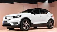 Volvo resmi meluncurkan mobil listrik perdananya, XC40 Recharge dalam acara di Los Angeles, 16 Oktober 2019. Bodi mobil didominasi hitam dan putih dengan warna hitam terdapat pada fasia bagian bawah, spion, dan atap, sementara bagian lainnya bewarna putih. (AP/Michael Owen Baker)