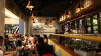 """Suasana kafe """"The People's"""" dengan nuansa warung dan bambu cocok jadi tempat nongkrong."""