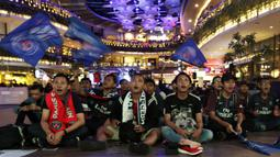 Suasana kemeriahan saat acara nonton bareng di Lippo Mall Kemang, Jakarta, Sabtu (9/2). Pada nobar itu PSG menang 1-0 atas Bordeaux. (Bola.com/Yoppy Renato)