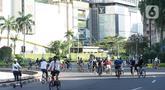 Sejumlah pesepeda melintas di kawasan Bundaran HI, Jakarta, Minggu (24/5/2020). Adanya PSBB serta Hari Raya Idul Fitri 1441 H dimanfaatkan sebagian warga untuk bersepeda di jalan protokol yang sepi dibanding hari biasa. (Liputan6.com/Immanuel Antonius)