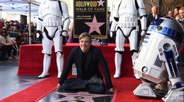 "Pemeran Luke Skywalker dalam film ""Star Wars"", Mark Hamill berpose saat mendapat Hollywood Walk of Fame di Los Angeles (8/3). Mark Hamill adalah orang ke 2.630 yang mendapatkan bintangnya di Hollywood Boulevard. (Jordan Strauss / Invision / AP)"