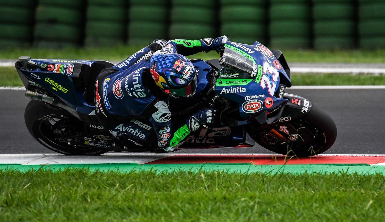 Enea Bastianini sukses membuat kejutan besar lewat penampilannya di MotoGP San Marino 2021 yang berlangsung di sirkuit yang memiliki nama resmi Misano World Circuit Marco Simoncelli. (AFP/Andreas Solaro)