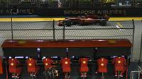 Pembalap Ferrari Charles Leclerc mengikuti kualifikasi F1 GP Singapura 2019 di Sirkuit Marina Bay, Sabtu (21/9/2019). (AFP/Mohd Rasfan)