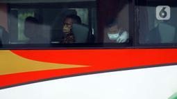 Calon pemudik saat berada di dalam bus di area Terminal Kampung Rambutan Jakarta, Senin (30/3/2020). Pemerintah sedang menyiapkan peraturan terkait mudik lebaran 2020 untuk mengurangi mobilitas penduduk dalam upaya pencegahan penyebaran virus Corona COVID-19. (Liputan6.com/Helmi Fithriansyah)Calon