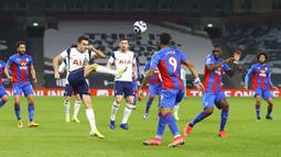 Pemain Tottenham Hotspur Sergio Reguilon (tengah kiri) melakukan pembersihan bola saat menghadapi Crystal Palace pada pertandingan Liga Inggris di Stadion Tottenham Hotspur, London, Inggris, Minggu (7/3/2021). Tottenham Hotspur melumat Crystal Palace 4-1. (Julian Finney/Pool via AP)