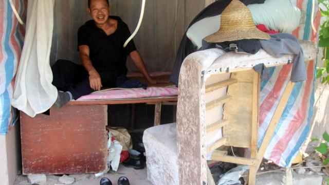Xiong yang sebelumnya tinggal di penginapan sederhana dari pemerintah setempat memutuskan untuk pindah ke bawah jembatan untuk menghemat biaya sewa harian.