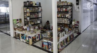 Pedagang menunggu pembeli di Pasar Buku Jakbook Kenari, Salemba, Jakarta, Selasa (30/7/2019). Sejumlah pedagang yang sebelumnya berjualan di kawasan Pasar Senen dan Kwitang tersebut mengaku pengunjung di sentra buku itu sepi. (Liputan6.com/Johan Tallo)