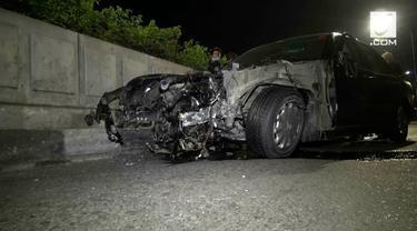 Ugal-ugalan, sebuah sedan mewah jenis Mercy mengalami kecelakaan hingga rusak parah menabrak pembatas jalan di kawasan Pusat Perbelanjaan Gandaria City, Jakarta Selatan. Kecelakaan terjadi akibat pengemudi dalam pengaruh minuman keras.