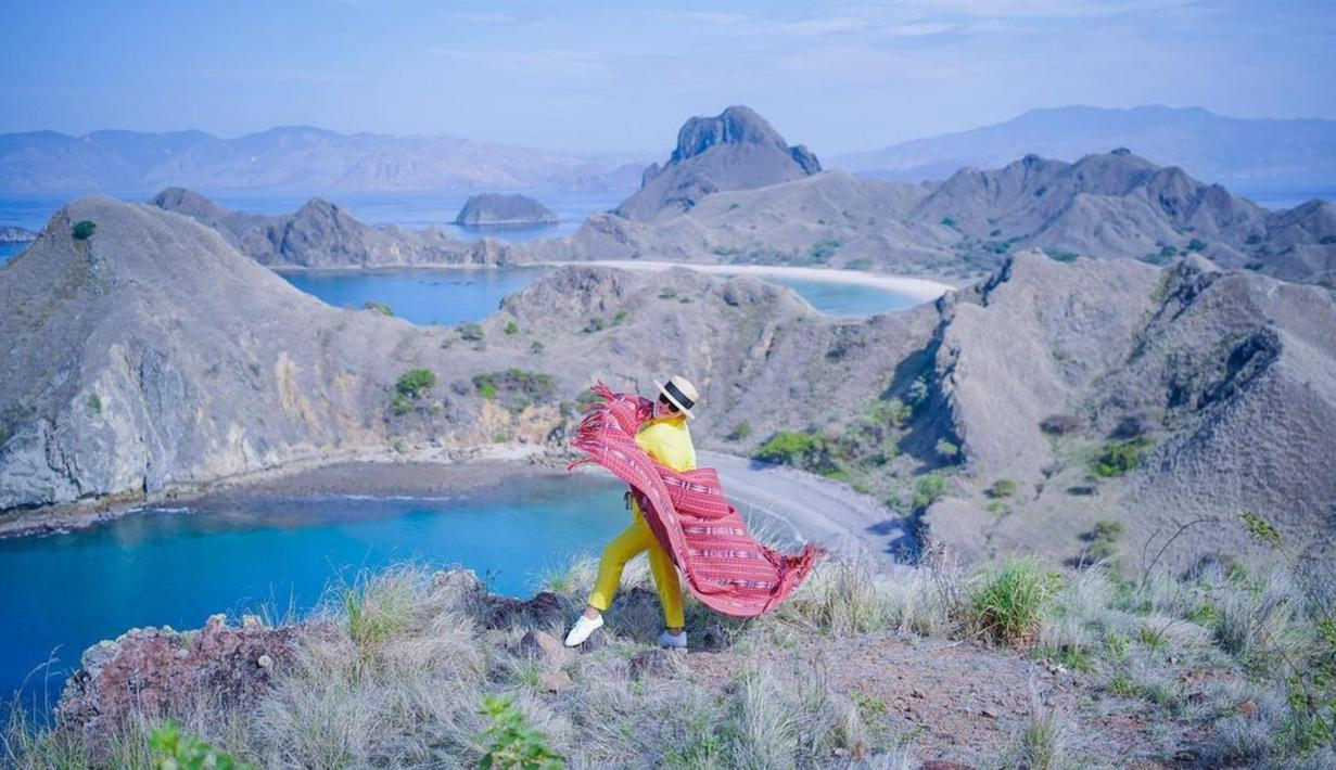 Berlibur ke Labuan Bajo, Syahrini pun menjadikan Pulau Padar sebagai salah satu destinasi wajib. Nampak pemandangan indah pulau padar menjadi background foto bagi pelantun tembang Kau Yang Memilih Aku. (Liputan6.com/IG/princessyahrini)