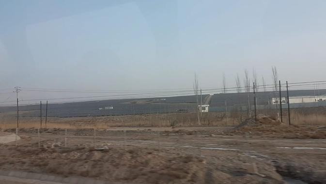 (Di ufuk) Pembangkit listrik panel surya di Turugart, Wuqia County, Prefektur Otonomi Kizilsu Kirgiz, Wilayah Otonomi Xinjiang-Uighur (Rizki Akbar Hasan / Liputan6.com)#source%3Dgooglier%2Ecom#https%3A%2F%2Fgooglier%2Ecom%2Fpage%2F%2F10000