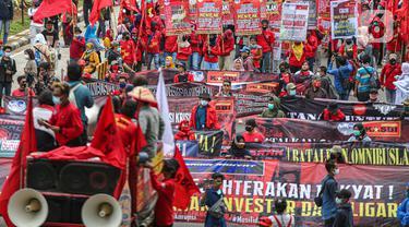 FOTO: Setahun Jokowi - Ma'ruf, Buruh Demo Minta Cabut UU Cipta Kerja