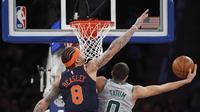Forward New York Knicks Michael Beasley (kiri) coba menghentikan laju penggawa Boston Celtics Jayson Tatum pada laga NBA 2017-2018 di Madison Square Garden, Sabtu (24/2/2018) atau Minggu (25/2/2018) WIB. (AP Photo/Kathy Willens)