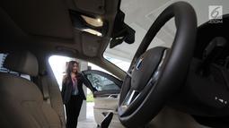 Director of Communications, Shangri-La Hotel Jakarta, Debby Setiawaty melihat mobil BMW seri 7  sat peluncuran BMW Premium Shuttle Shangri-La Exclusive Staycation di Jakarta, Selasa (10/7). (Merdeka.com/Dwi Narwoko)