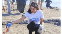 6 Momen Aurelie Ikut Bersihkan Pantai di Hari Kemerdekaan, Jadi Panutan (sumber: Instagram.com/aurelie)