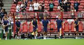 Para pemain Tottenham Hotspur melakukan pemanasan selama sesi latihan tim di Singapura  (19/7/2019). Tottenham akan bertanding melawan Juventus pada International Champions Cup 2019 di National Stadium, Singapura. (AFP Photo/Roslan Rahman)