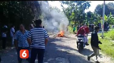 Sejumlah warga dari empat desa, di Kecamatan Pakong, Pamekasan, Jawa Timur, memblokade jalan Desa Bandungan dan Desa Cen Lecen, yang merupakan jalan akses satu-satunya untuk menuju dua desa lain di Kecamatan Pakong, Pamekasan, Jawa Timur.
