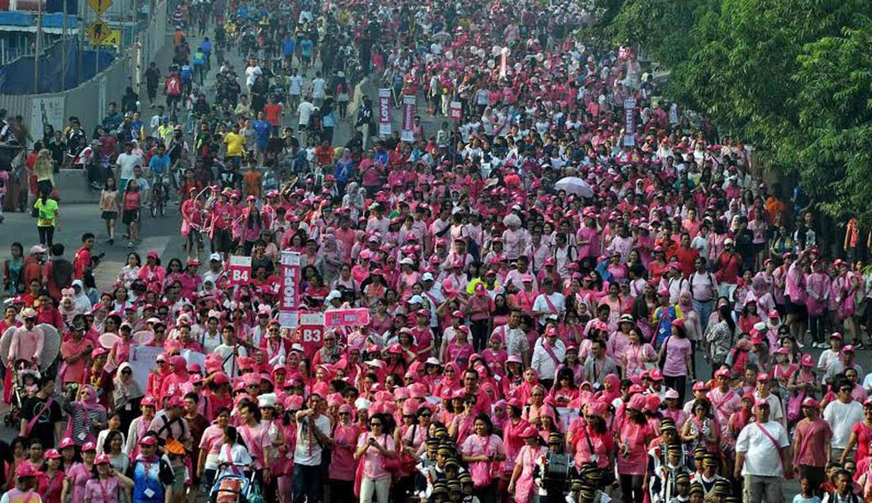 Jalan MH.Tamrin dipenuhi ribuan orang dengan berbusana serba Pink, Minggu (12/10/14) (Liputan6.com/Miftahul Hayat)