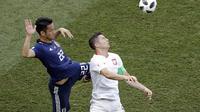 Striker Polandia Robert Lewandowski (kanan) dijaga bek Jepang Maya Yoshida pada partai Grup H Piala Dunia 2018 di Volgograd Arena, Kamis (28/6/2018). (AP Photo/Themba Hadebe)