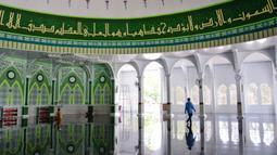 Seorang pria bersiap menunaikan salat selama bulan Ramadan di masjid Al Munawarah di Jantho, provinsi Aceh (12/5/2020). Masjid Al Munawarah yang berdiri di pusat Kota Jantho, Kabupaten Aceh Besar dikelilingi oleh perbukitan Bukit Barisan. (AFP/Chaideer Mahyuddin)