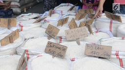 Beras dijual di pasar induk cipinang, Jakarta, Kamis (13/12). Direktur Pasar Induk Beras Cipinang Arief Prasetyo Adi memastikan, ketersediaan stok beras di pasar masih dalam kategori aman jelang Natal 2018 dan Tahun Baru 2019. (Liputan6.com/Angga Yuniar)