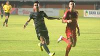 Gelandang sayap PSS Sleman, Irkham Zahrul Mila (kiri) saat berduel melawan Kalteng Putra di Stadion Maguwoharjo, Sleman (7/7/2019). (Bola com/Vincentius Atmaja)