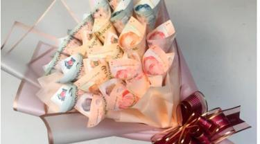 Bukan Bunga, Pria Ini Beri Istri Kado Ultah Pernikahan Buket Uang Rp 10 Juta