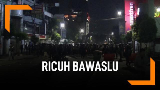 Polisi pukul mundur pendemo Bawaslu yang meluas hingga Jalan Sabang. Petugas gunakan gas air mata untuk bubarkan massa.