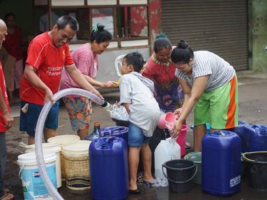 Warga mengisi air bersih ke dalam galon, jeriken, dan ember di kawasan Cipayung, Jakarta Timur, Rabu (20/11/2019). Sejak awal September 2019 sejumlah wilayah di kawasan Cipayung dilanda krisis air bersih. (Liputan6.com/Immanuel Antonius)