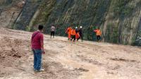 Tim SAR gabungan mengevakuasi korban tanah longsor