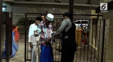 Warga yang akan menjalankan ibadah salat tarawih di Mapolrestabes Surabaya diperiksa oleh Kepolisian. Pemeriksaan ini terkait dengan bom yang sempat meledak.