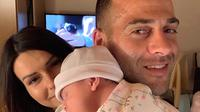 Striker Madura United, Aleksandar Racic, bersama istri dan putri mungilnya. (Bola.com/Dok. Pribadi)