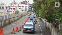 Angkutan umum melintas di sekitar Terminal Depok, Jawa Barat, Kamis (14/5/2020). Kepala Sub Bagian Tata Usaha Terminal Terpadu Depok Reynold Jhon mengatakan, pengguna angkutan umum di Terminal Terpadu Depok mengalami penurunan 10-20 persen selama pemberlakuan PSBB. (Liputan6.com/Immanuel Antonius)