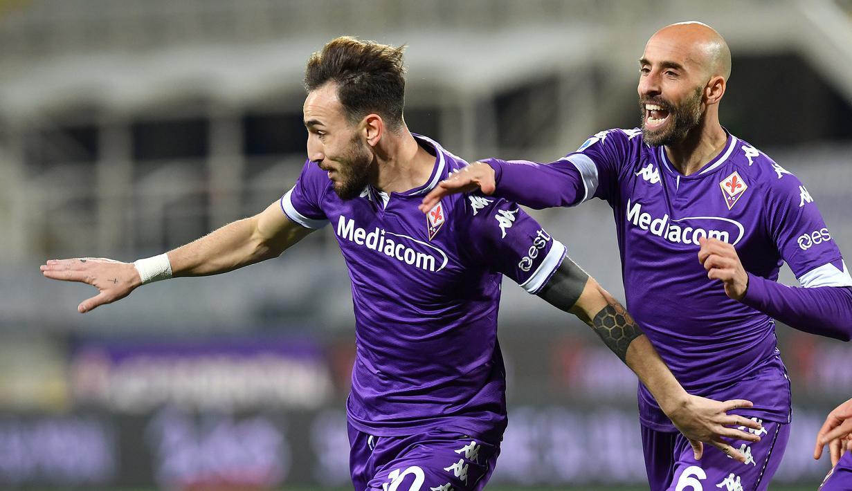 Gelandang Fiorentina, Gaetano Castrovilli (kiri) melakukan selebrasi usai mencetak gol kedua timnya ke gawang Spezia dalam laga lanjutan Liga Italia 2020/21 pekan ke-23 di Artemio Franchi Stadium, Jumat (19/2/2021). Fiorentina menang 3-0 atas Spezia. (LaPresse via AP/Jennifer Lorenzini)
