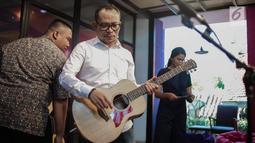 Menteri Ketenagakerjaan M. Hanif Dhakiri bersiap bernyanyi saat hadir menjadi bintang tamu dalam acara KLY Lounge di Gedung KLY, Gondangdia, Jakarta, Jumat (5/10). (Liputan6.com/Faizal Fanani)