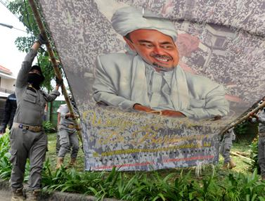 Petugas Gabungan Turunkan Baliho Habib Rizieq di Bogor