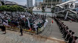 Sejumlah ormas Islam menggelar aksi kecam pernyataan Presiden Prancis di kawasan Sarinah, Jakarta, Rabu (4/11/2020). Dalam aksi unjuk rasa tersebut mereka mengecam pernyataan Presiden Prancis Emmanuel Macron yang diaanggap menghina Islam dan Nabi Muhammad. (Liputan6.com/Faizal Fanani)