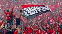 Semeton Dewata pendukung setia Bali United memberi dukungan saat timnya melawan PSS Sleman pada turnamen sepak bola Bali Island 2016 di Stadion Gelora Samudra, Kuta Bali, Selasa (23/2/2016).  (Bola.com/Peksi Cahyo)