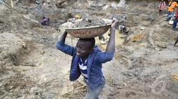 Para bocah ini menghabiskan waktunya untuk mencari butiran emas dari pagi hingga sore hari, Afrika Tengah (AFP PHOTO / ISSOUF SANOGO)