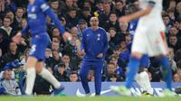 Pelatih Chelsea, Maurizio Sarri memberikan instruksi selama pertandingan melawan Crystal Palace di Liga Inggris di Stamford Bridge, London (4/11). Chelsea menang atas Crystal Palace dengan skor 3-1. (AP Photo/Frank Augstein)
