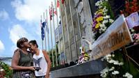 Dua warga negara asing mengunjungi  Monumen Ground Zero memperingati Tragedi Bom Bali I yang ke 14, Kuta, Bali (12/10). Peristiwa tersebut diperingati oleh para kerabat korban dengan acara berdoa dan peletakan karangan bunga. (AFP Photo/ Sonny Tumbelaka)