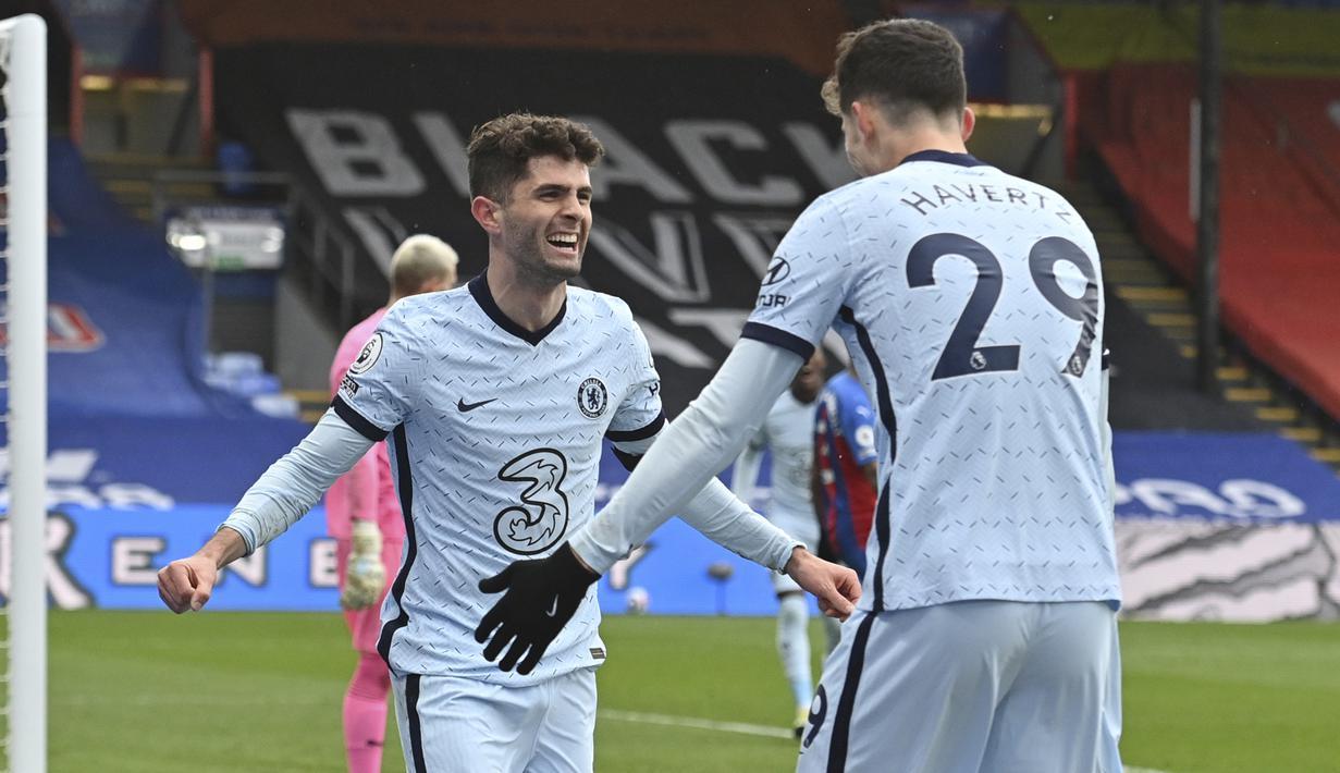 Gelandang Chelsea, Christian Pulisic (kiri) bersama Kai Havertz merayakan gol kedua Chelsea yang dicetaknya ke gawang Crystal Palace dalam laga lanjutan Liga Inggris 2020/2021 pekan ke-31 di Selhurst Park, London, Sabtu (10/4/2021). Chelsea menang 4-1 atas Crystal Palace. (AP/Justin Tallis/Pool)