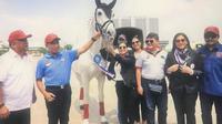 Triwatty Marciano (tengah-memegang kuda) saat membuka Equestrian Champions League bersama Menpora Zainuddin Amali (kedua dari kiri) dan Ketua Umum KONI, Marciano Norman (paling kiri), di Jakarta Internasional Equestrian Park Pulomas (JIEPP), Sabtu (14/12/2019). (Istimewa)