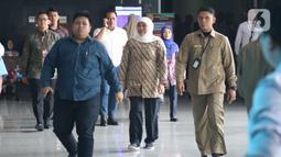 Gubernur Jatim, Khofifah Indar Parawansa (tengah) bersiap menjadi saksi pada sidang lanjutan dugaan suap jual-beli jabatan di lingkungan Kemenag dengan terdakwa M Romahurmuziy di Pengadilan Tipikor Jakarta, Rabu (11/12/2019). Sidang beragenda keterangan saksi. (Liputan6.com/Helmi Fithriansyah)