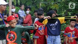 Sejumlah peserta membidik sasaran saat lomba ketapel di Kampoeng Ketapel, Ciganjur, Jakarta, Minggu (19/9/2021). Lomba ini diikuti 12 klub di DKI Jakarta. (Liputan6.com/Herman Zakharia)