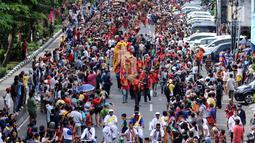 Atraksi liong menembus kerumunan warga di Jalan Gajah Mada, Jakarta, Minggu (4/3). Beragam atraksi budaya yang ada di Indonesia ditampilkan dalam karnaval perayaan Cap Go Meh 2018 di kawasan Glodok Jakarta. (Liputan6.com/Helmi Fithriansyah)