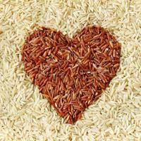 Antara beras putih dan beras merah, mana ya yang lebih banyak nutrisinya? (Sumber Foto: Column Life)