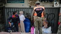 Petugas Satpol PP menertibkan pedagang yang nekat berjualan saat masa pandemi COVID-19 di kawasan Pasar Tanah Abang, Jakarta, Jumat (22/5/2020). Gubernur DKI Jakarta Anies Baswedan menambah PSBB selama 14 hari mulai tanggal 22 Mei 2020. (Liputan6.com/Faizal Fanani)