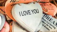 Ilustrasi cinta, I love you. (Photo by Artem Beliaikin on Unsplash)